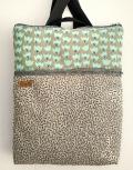 mochila florecillas grises